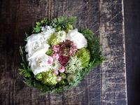ご結婚のお祝いにタルト型アレンジメント。「白ベースに、淡いピンクのバラを入れて」。2018/03/26。 - 札幌 花屋 meLL flowers