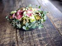 カフェのオープンのお祝いにタルト型アレンジメント。「ドライフラワーになりやすいお花で」。2018/04/01。 - 札幌 花屋 meLL flowers