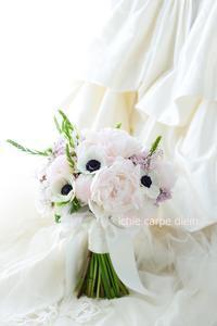 クラッチブーケ ホテルニューオータニ様へ シャクヤクとアネモネ 希望を叶えようと - 一会 ウエディングの花
