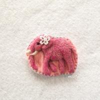ピンクのゾウさんブローチ - miz-fc