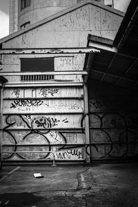 地面に置かれたコミックブックを不思議そうに見つめるGraffiti - Silver Oblivion