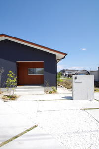 ガルバリウムと木と切妻屋根の平屋 - K+Y アトリエ一級建築士事務所