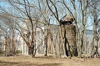 移転20年を経たキャンパスの脇の朽ちたサイロ - 照片画廊