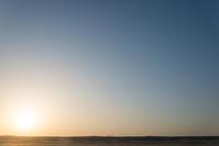 いつもの木と夕日。 - 東に向かえば海がある