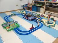 踏切盛りだくさんのプラレール&お決まりの体勢 - 子どもと暮らしと鉄道と