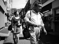 強い日差しの中を歩く - カメラノチカラ