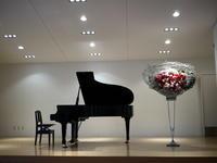 子供達のピアノの発表会に、ステージ上のスタンドフラワーと、花束3種。ル・ケレス南円山ミュージアムホールにお届け。2018/04/22。 - 札幌 花屋 meLL flowers