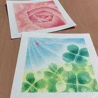 バラのアップとクローバー - アトリエ絵くぼのパステルアート教室
