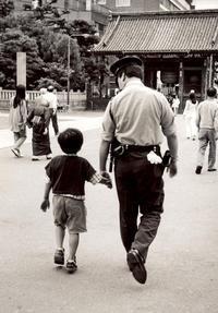 <おまわりさん>1995年、浅草 - 写真家藤居正明の東京漫歩景