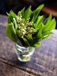 5/1の「ミュゲ(スズラン)の日」に、スズランの花束、グラス付き。澄川4条にお届け。2018/05/01。 - 札幌 花屋 meLL flowers