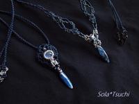 穴あきカイヤナイトのマクラメ編み2点 - Sola*Tsuchi  花とアクセサリー