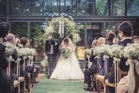 秋の装花 リストランテASOの花嫁様より、かすみそうのアーチの前のプロポーズ - 一会 ウエディングの花