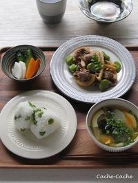 ストウブで一汁一菜。牛肉と筍とそら豆の炒め物、豆ごはん、お味噌汁 - キッチンで猫と・・・