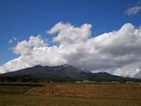 雨上がり、山頂部は雪化粧でした - 八ヶ岳 革 ときどき くるみ