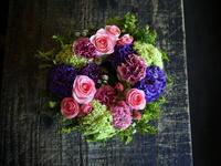 大阪市中央区のお店の女性の誕生日に、リース型アレンジメントを発送。2018/05/11着。 - 札幌 花屋 meLL flowers