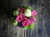 少し早めの母の日にタルト型アレンジメント。「濃いめピンクとグリーン」。士別市に発送。2018/05/11着。 - 札幌 花屋 meLL flowers
