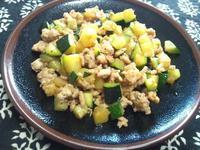 ズッキーニと鶏挽き肉のガーリック炒め - Minha Praia