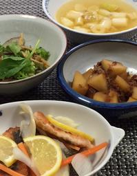 蒸し暑い一日でした。きれいな鮭が売っていましたので、マリネに。中食も準備しました。 - おひとりさまの「夕ごはん」