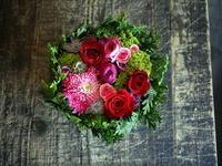 お誕生日と母の日を兼ねてタルト型アレンジメント。「赤~濃いピンク系」。むかわ町に発送。2018/05/20着。 - 札幌 花屋 meLL flowers