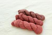 モナミさんの茜染めの刺し子糸で、水玉模様の試作中。 - キラキラのある日々