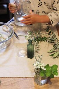 4歳の娘の花の水切り - ひづきの森 「はじまりはお家から」