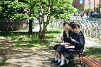 野点補助の女子高校生と古刊本に感動する受講生 - 照片画廊