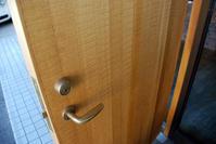 玄関ドア/鋸引き仕上げ/SOHOリノベーション/岡山 - 建築事務所は日々考える
