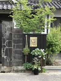 どうも納得がいかない・・・「目印看板のこだわり」編 - 納屋Cafe 岡山