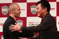 Andres Iniesta signs for Japanese side Vissel Kobe - そろそろ笑顔かな