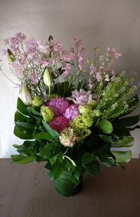 お母様の御命日にアレンジメント。「ピンク系、明るい雰囲気」。西岡1にお届け。2018/05/24。 - 札幌 花屋 meLL flowers