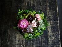退院のお祝いにタルト型アレンジメント。「ピンクメインに渋めの色をポイントに」。西町北10にお届け。2018/05/25。 - 札幌 花屋 meLL flowers