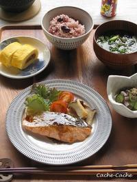 一汁三菜。豆ごはん、鮭のムニエル、肉みそ入り卵焼きなど。 - Cache-Cache+