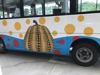 迎えてくれたのは・・・「かぼちゃのミニバス!!シンデレラ気分で!?」編 - 納屋Cafe 岡山