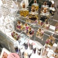 キラキラな展示もあるので - 千葉の香りの教室&香りの図書室 マロウズハウス