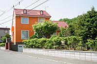 蝦夷梅雨が続くのでオレンジ色の家とブルーの隧道を - 照片画廊