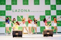 MOMOLAND、日本デビュー日にラゾーナ川崎でフリーライブ開催…メンバーたちが最近覚えた日本語は? - Niconico Paradise!