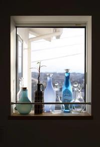 窓辺の風景その2 - 宙吹きガラスの器