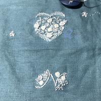 ブルーの麻布を使って、ホワイト刺繍 - Oharibako no yousei