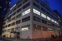 輸出繊維会館 - ブルーアワーの街の情景