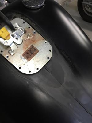 あまり無い事ですがタンクの上の蓋からのガソリン漏れ。 - RUDE ROD custom cycle