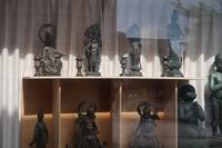 ウインドウの中の仏像群 - カメラノチカラ
