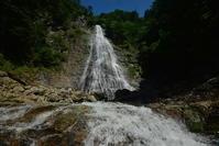 巨瀑を眺める岩屋谷大滝 - 峰さんの山あるき