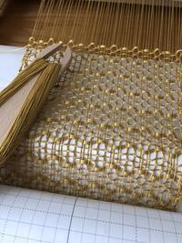 六角もじりでストールを織っています。もじり方の見極め方法。 - 手染めと糸のワークショップ