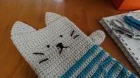 ネコちゃんのモバイルケース - 空色テーブル  編み物レッスン