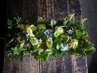 6/24に南12西20にオープンの、絵とアクセサリーの展示・販売のギャラリーにアレンジメント。「ブルー~グリーン系」。2018/06/26。 - 札幌 花屋 meLL flowers