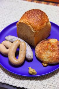 晩ごはんは美味しいソーセージと美味しいパン - ちゅらかじとがちまやぁ