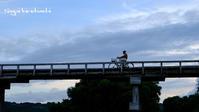 通行人 - 長い木の橋