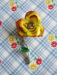 黄色いバラのエナメル・ブローチ -  Der Liebling ~蚤の市フリークの雑貨手帖2冊目~