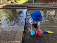暑い日はじゃぶじゃぶ池で水遊び - 2歳男子、子育て中