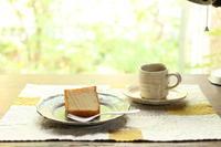 米粉のシフォンケーキと、古いアルミのデスクライト - キラキラのある日々